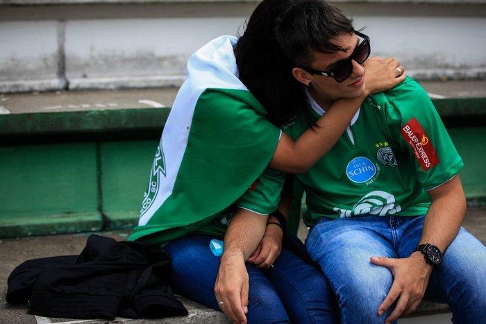 Οι οπαδοί της Chapecoense θρηνούν για τους νεκρούς ποδοσφαιριστές - εικόνα 4