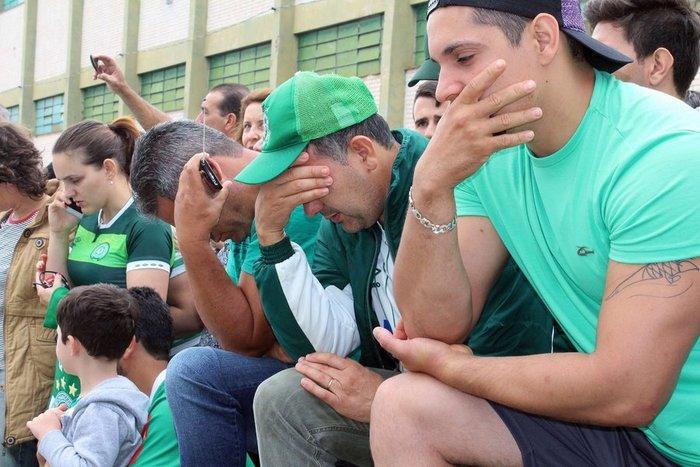 Οι οπαδοί της Chapecoense θρηνούν για τους νεκρούς ποδοσφαιριστές - εικόνα 5