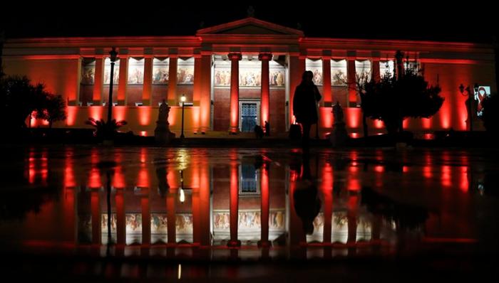 To Πανεπιστήμιο Αθηνών φωταγωγήθηκε για την Παγκόσμια Ημέρα κατά του AIDS