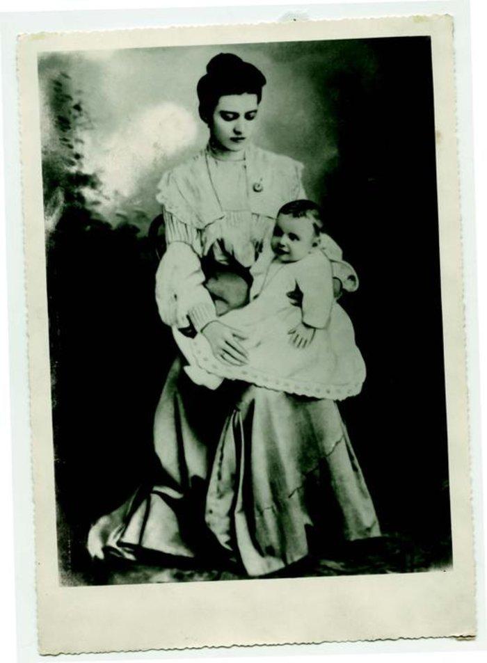 Με τη μητέρα του Κωνσταντίνα, το γένος Ζαφειρίου
