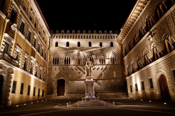 Η είσοδος των κεντρικών γραφείων της Monte Paschi στην Σιένα