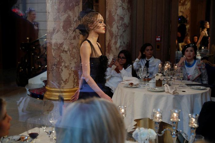 Η αμαρτωλή Κάρα Ντελεβίν επέστρεψε. Ενα αλλιώτικο σόου του Chanel. - εικόνα 6
