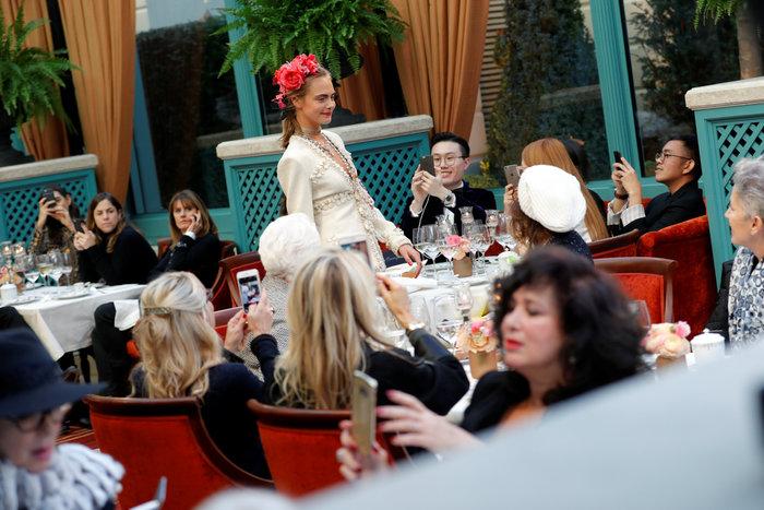 Η αμαρτωλή Κάρα Ντελεβίν επέστρεψε. Ενα αλλιώτικο σόου του Chanel.