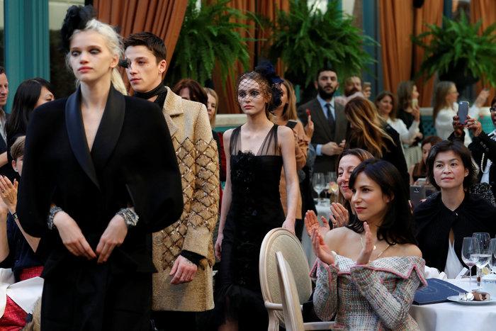Η αμαρτωλή Κάρα Ντελεβίν επέστρεψε. Ενα αλλιώτικο σόου του Chanel. - εικόνα 7