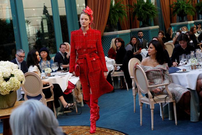 Η αμαρτωλή Κάρα Ντελεβίν επέστρεψε. Ενα αλλιώτικο σόου του Chanel. - εικόνα 9