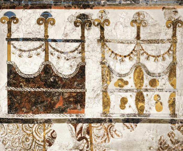 Πλούσιος τοιχογραφικός διάκοσμος ιδιωτικού σπιτιού που εκτείνονταν σε ολόκληρη τη δυτική πτέρυγα του Ά ορόφου (Δυτική Οικία). Οι τοίχοι καλύπτονταν με παραλλαγές της ίδιας παράστασης που εικονίζει ελαφρά κατασκευή με τρείς στύλους που συνδέονται μεταξύ τους με γιρλάντες. Στην τοιχογραφία της νηοπομπής οι κατασκευές αυτές απεικονίζονται στην πρύμνη του πλοίου με ανδρικές μορφές στο εσωτερικό τους, γεγονός το οποίο οδηγεί στο συμπέρασμα ότι ήταν ο θάλαμος του κυβερνήτη του σκάφους, το λεγόμενο «ικρίο».