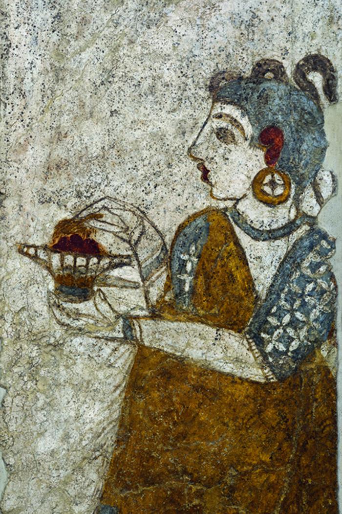 Η τοιχογραφία της λεγόμενης «Ιέρειας» στη Δυτική Οικία. Η μορφή κρατεί μικρό θυμιατήρι με το αριστερό χέρι, ενώ με το δεξί φαίνεται να πασπαλίζει με αρωματικό θυμίαμα τα αναμμένα κάρβουνα.