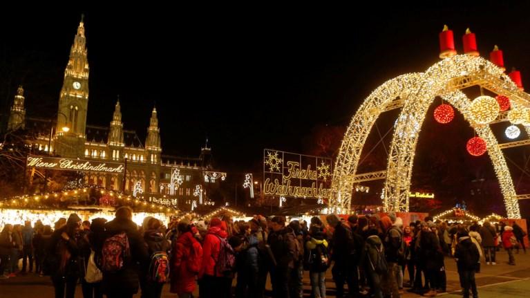 Λουσμένη στο φως, η Βιέννη υποδέχεται τα Χριστούγεννα