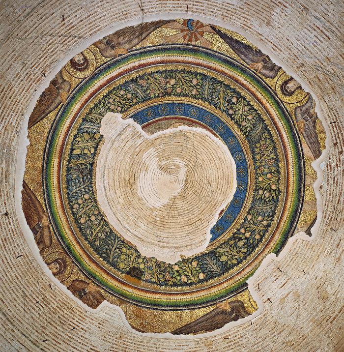 Μετάλλιο στην κορυφή του τρούλου με τον Χριστό φερόμενο από ιπτάμενους αγγέλους. Το προκαταρκτικό σχέδιο είναι ζωγραφισμένο σε μαύρο χρώμα απευθείας στην τοιχοποιία. Από τον Χριστό διατηρούνται, σε ψηφιδωτό, το υψωμένο δεξί χέρι, μέρος του φωτοστέφανου και η άνω κεραία του μακριού χρυσού σταυρού.