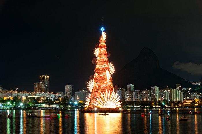 Το μεγαλύτερο χριστουγεννιάτικο δέντρο που επιπλέει είναι στο Ρίο Ντε Τζανέιρο (Βραζιλία).