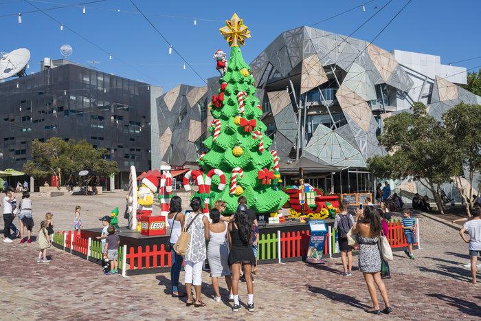 Αυτό είναι αληθινά πρωτότυπο. Ενα δέντρο από lego στην καρδιά της Μελβούρνης στην - καλοκαιρινή - Αυστραλία.