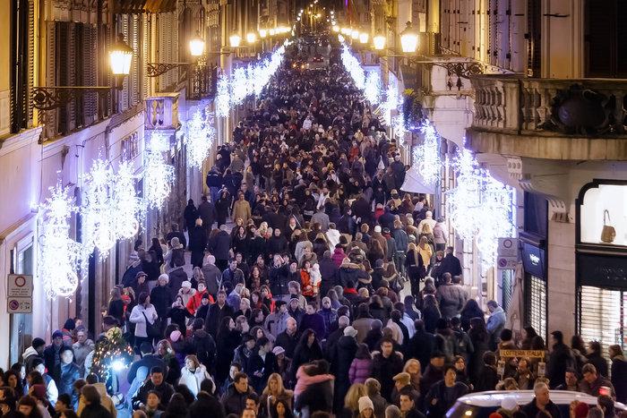 Λάμψη και πολυκοσμία στη Via dei Condotti της Ρώμης