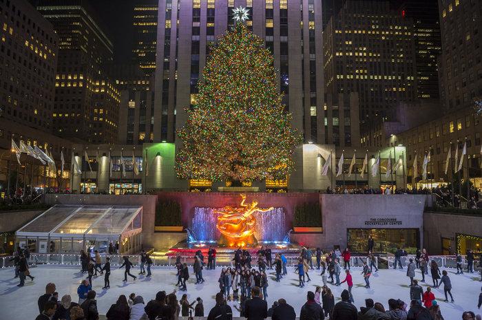 Ενα τεράστιο χριστουγεννιάτικο δέντρο και παγοδρόμιο στο Rockefeller Center στη Νέα Υόρκη