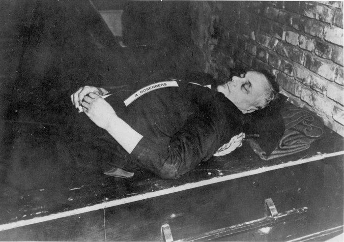 Η σορός του Ρόζενμπεργκ μετά τον απαγχονισμό του