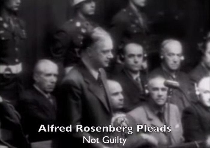 Ο Ρόζενμπεργκ στη Δίκη της Νυρεμβέργης όπου δήλωσε αθώος για τις κατηγορίες οι οποίες τον βάρυναν