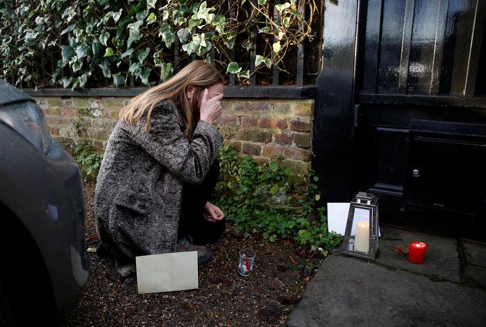 Λουλούδια και δάκρυα έξω από το σπίτι του Τζορτζ Μάικλ - εικόνα 2