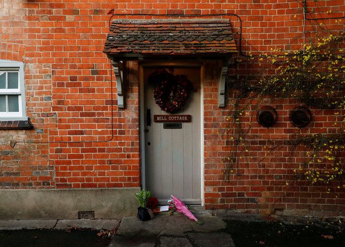 Λουλούδια και δάκρυα έξω από το σπίτι του Τζορτζ Μάικλ - εικόνα 4