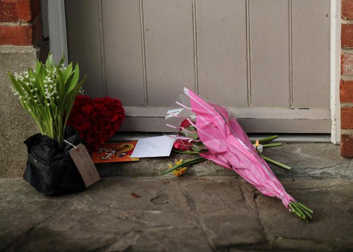 Λουλούδια και δάκρυα έξω από το σπίτι του Τζορτζ Μάικλ - εικόνα 5
