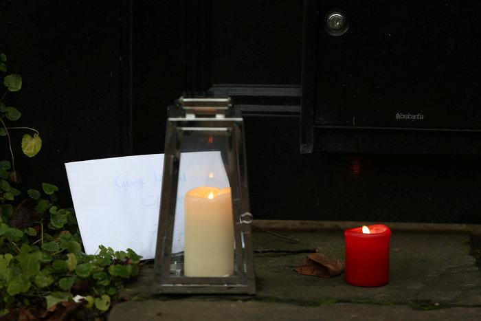 Λουλούδια και δάκρυα έξω από το σπίτι του Τζορτζ Μάικλ - εικόνα 7