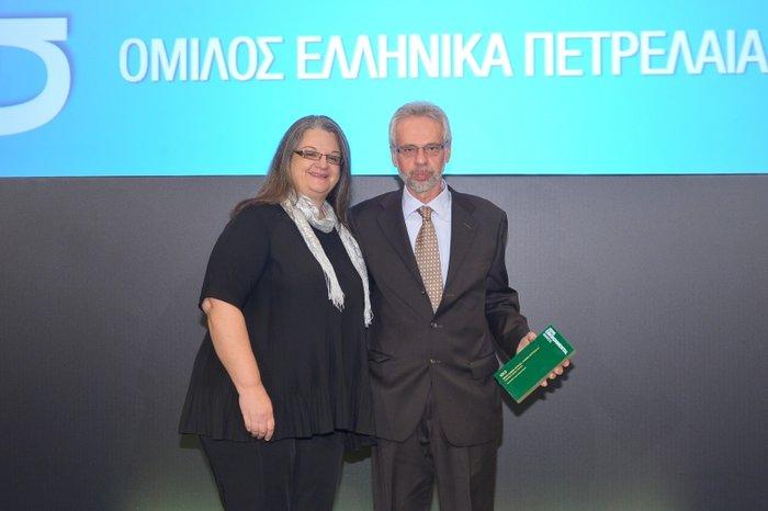 Ο κ. Στέλιος Τριανταφύλλου, Ανώτερος Διευθυντής Βιομηχανικών Εγκαταστάσεων Ασπροπύργου, παραλαμβάνει το Χρυσό Βραβείο (GOLD Award) στην ενότητα Sustainable Energy Intensive Industry, από την κα Κατερίνα Δρόσου, Διευθύντρια Σύνταξης της έκδοσης Plant Management της Boussias Communications
