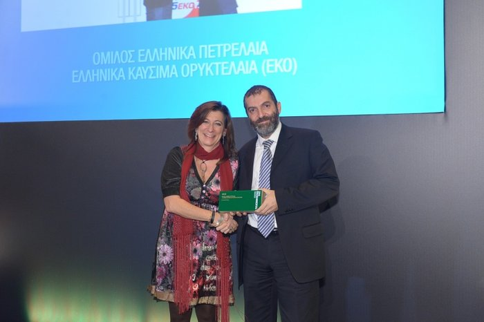 Ο κ. Ρομπέρτο Καραχάννας, Γενικός Διευθυντής Εγχώριας και Διεθνούς Εμπορίας Ομίλου ΕΛΠΕ, παραλαμβάνει το Χρυσό Βραβείο (Gold Award) στην ενότητα Sustainable Business, από την Κα Ρόζυ Χαριτοπούλου, Διευθύντρια Εναλλακτικής Διαχείρισης του Ελληνικού Οργανισμού Ανακύκλωσης.