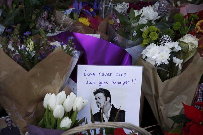 Λουλούδια και κεριά μπροστά στα σπίτια του Τζορτζ Μάικλ - εικόνα 3