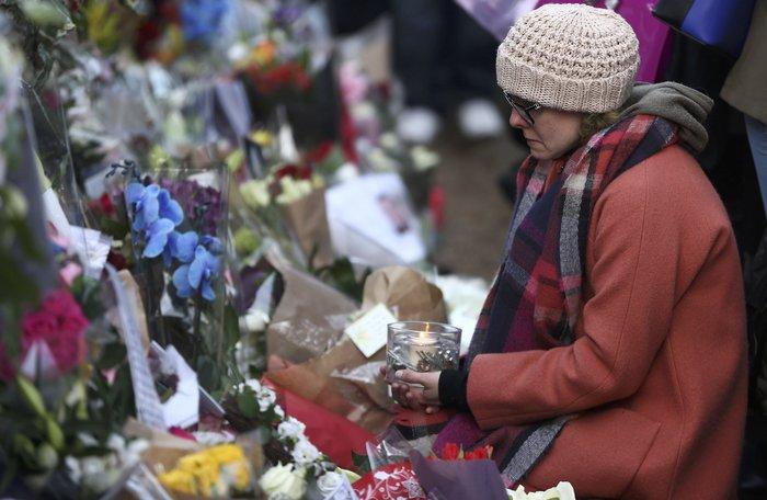 Λουλούδια και κεριά μπροστά στα σπίτια του Τζορτζ Μάικλ - εικόνα 4