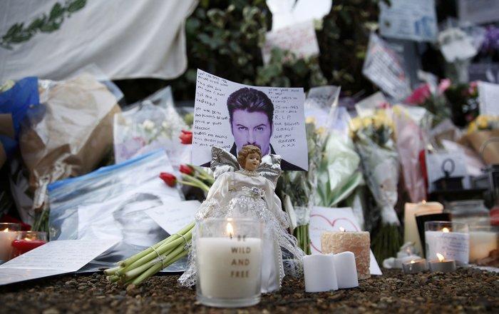 Λουλούδια και κεριά μπροστά στα σπίτια του Τζορτζ Μάικλ - εικόνα 5