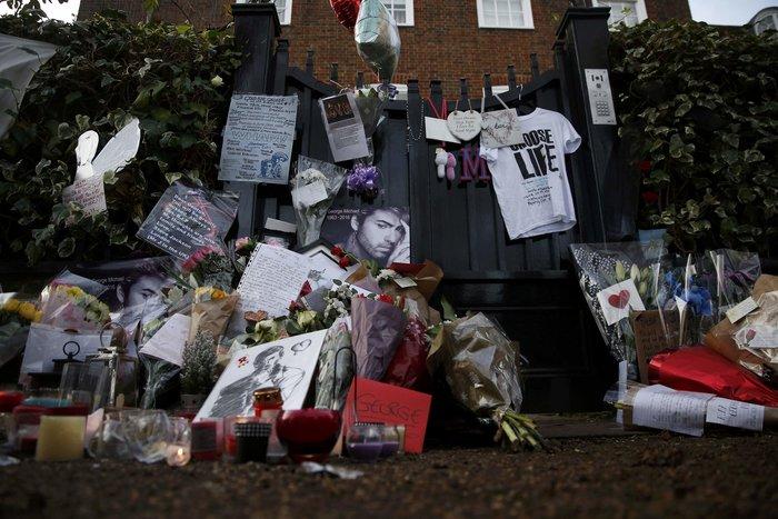 Λουλούδια και κεριά μπροστά στα σπίτια του Τζορτζ Μάικλ - εικόνα 6