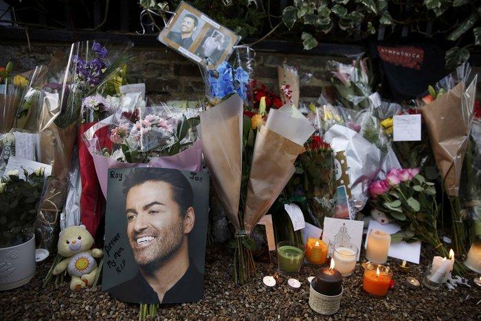Λουλούδια και κεριά μπροστά στα σπίτια του Τζορτζ Μάικλ - εικόνα 7