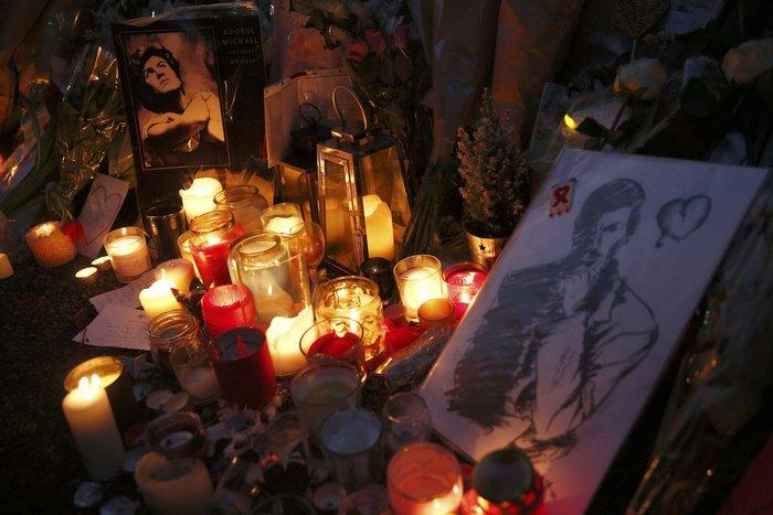 Λουλούδια και κεριά μπροστά στα σπίτια του Τζορτζ Μάικλ - εικόνα 8
