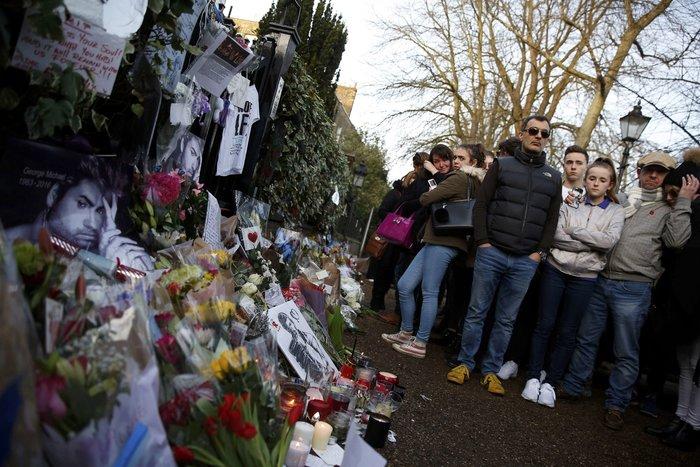Λουλούδια και κεριά μπροστά στα σπίτια του Τζορτζ Μάικλ - εικόνα 9