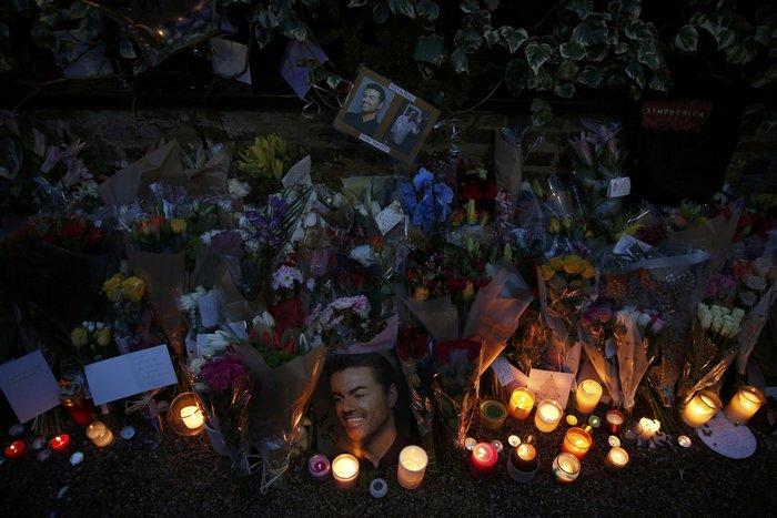Λουλούδια και κεριά μπροστά στα σπίτια του Τζορτζ Μάικλ - εικόνα 10