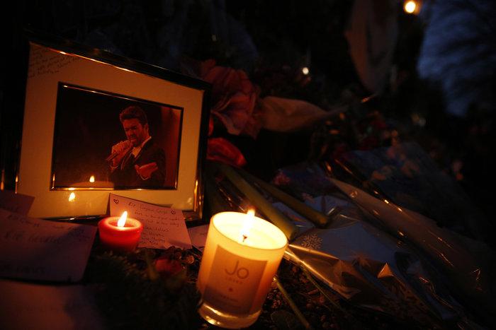 Λουλούδια και κεριά μπροστά στα σπίτια του Τζορτζ Μάικλ - εικόνα 11