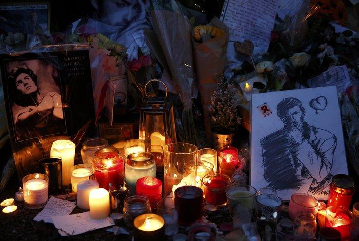 Λουλούδια και κεριά μπροστά στα σπίτια του Τζορτζ Μάικλ - εικόνα 12