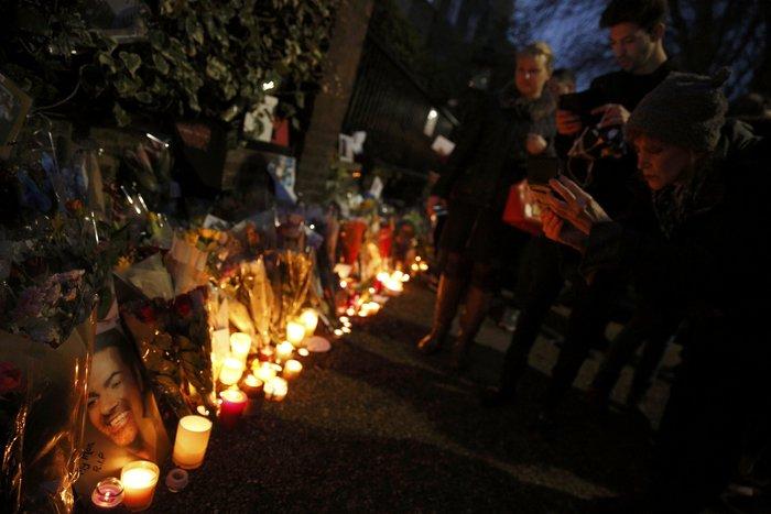 Λουλούδια και κεριά μπροστά στα σπίτια του Τζορτζ Μάικλ - εικόνα 15