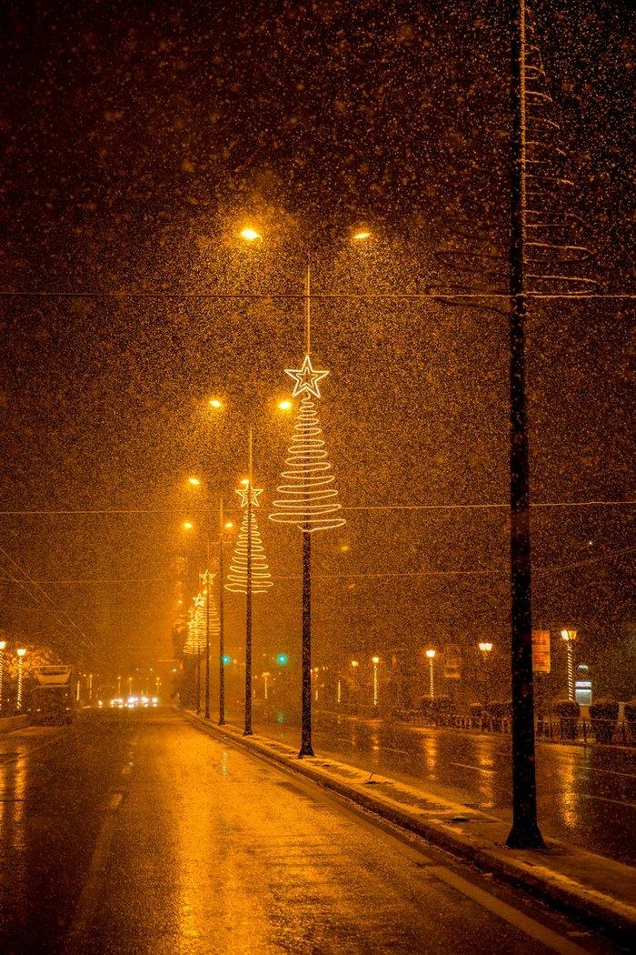Η χιονισμένη νυχτερινή Αθήνα σε 24 φωτογραφίες - εικόνα 3