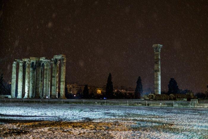 Η χιονισμένη νυχτερινή Αθήνα σε 24 φωτογραφίες - εικόνα 6