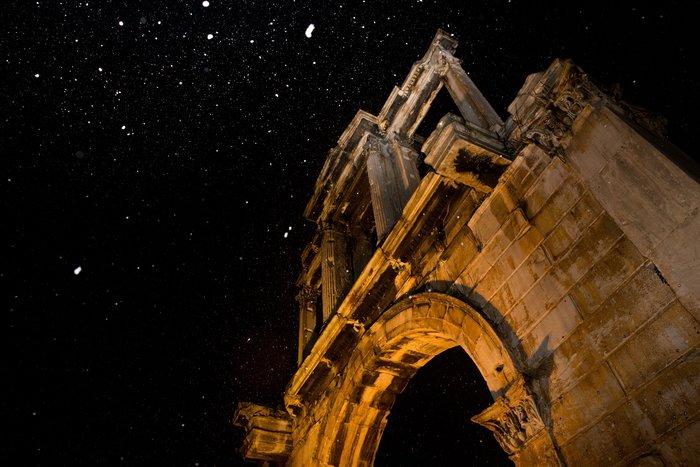 Η χιονισμένη νυχτερινή Αθήνα σε 24 φωτογραφίες - εικόνα 7