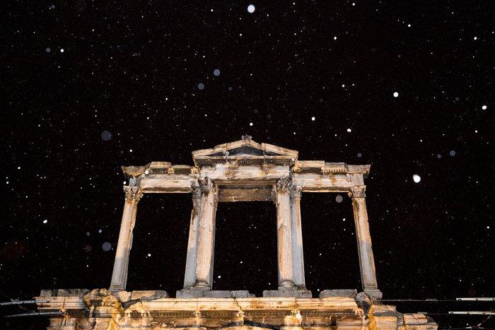 Η χιονισμένη νυχτερινή Αθήνα σε 24 φωτογραφίες - εικόνα 8