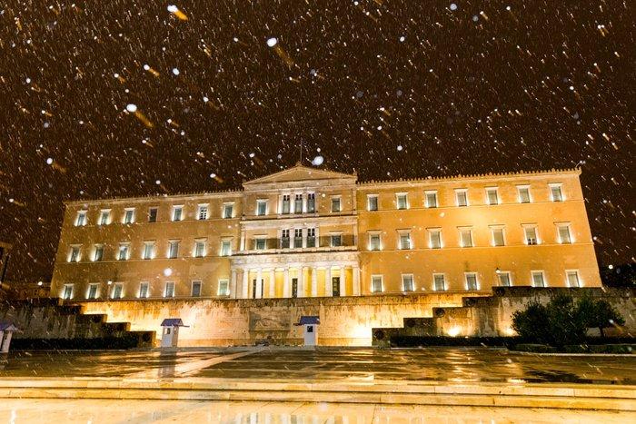 Η χιονισμένη νυχτερινή Αθήνα σε 24 φωτογραφίες - εικόνα 9
