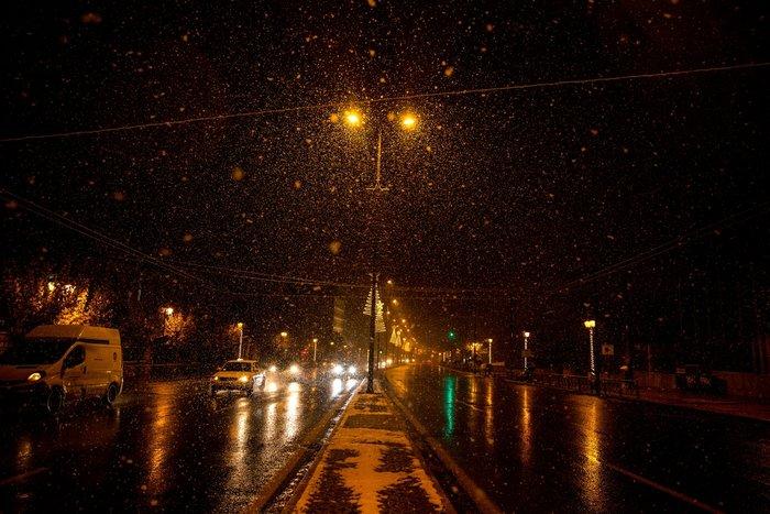Η χιονισμένη νυχτερινή Αθήνα σε 24 φωτογραφίες - εικόνα 10