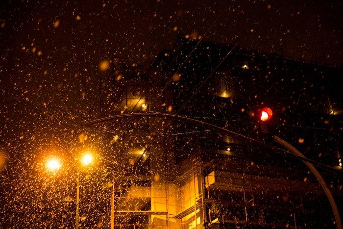 Η χιονισμένη νυχτερινή Αθήνα σε 24 φωτογραφίες - εικόνα 11