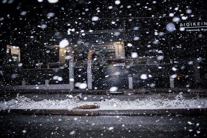 Η χιονισμένη νυχτερινή Αθήνα σε 24 φωτογραφίες - εικόνα 12