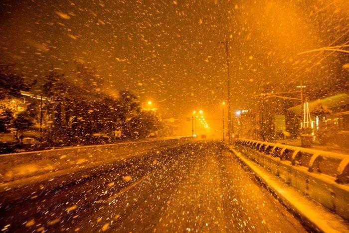 Η χιονισμένη νυχτερινή Αθήνα σε 24 φωτογραφίες - εικόνα 13
