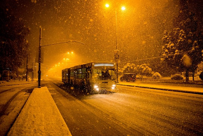 Η χιονισμένη νυχτερινή Αθήνα σε 24 φωτογραφίες - εικόνα 14