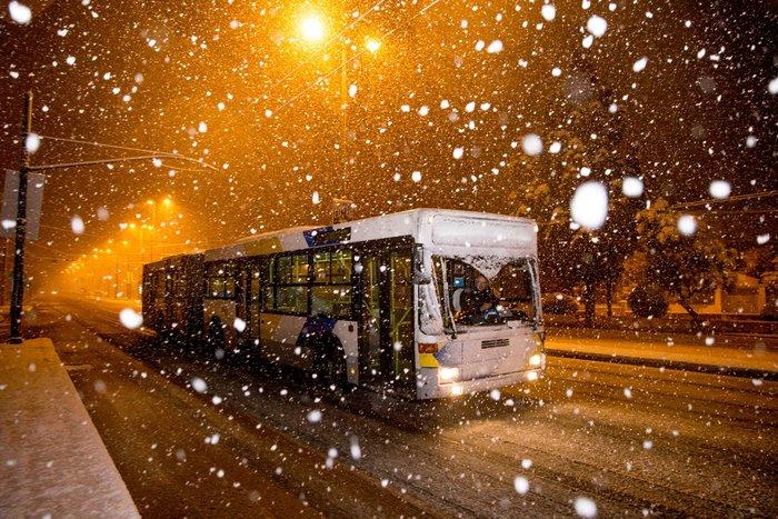Η χιονισμένη νυχτερινή Αθήνα σε 24 φωτογραφίες - εικόνα 15
