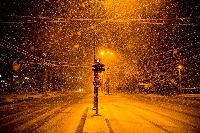 Η χιονισμένη νυχτερινή Αθήνα σε 24 φωτογραφίες - εικόνα 16