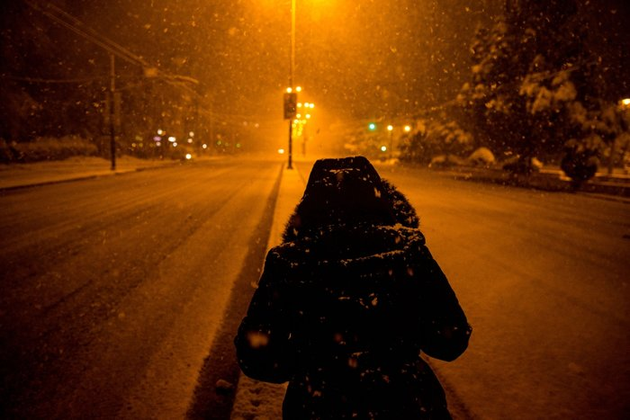 Η χιονισμένη νυχτερινή Αθήνα σε 24 φωτογραφίες - εικόνα 17