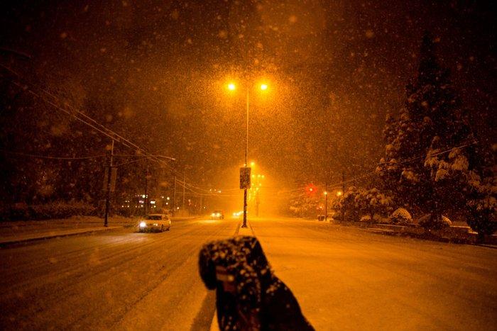 Η χιονισμένη νυχτερινή Αθήνα σε 24 φωτογραφίες - εικόνα 19